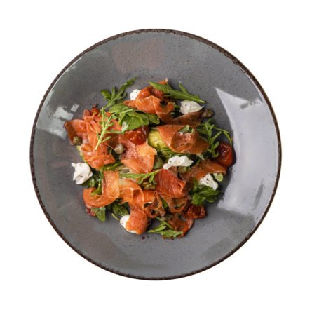 Салат с лососем и крем сыром